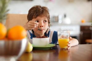 Laps sööb